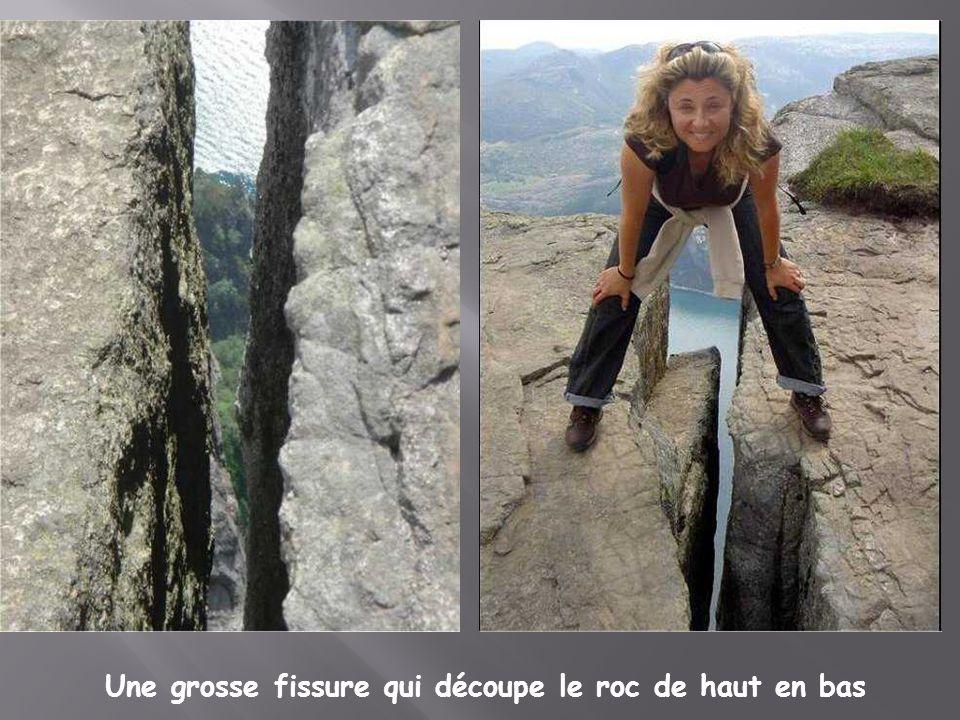Une grosse fissure qui découpe le roc de haut en bas