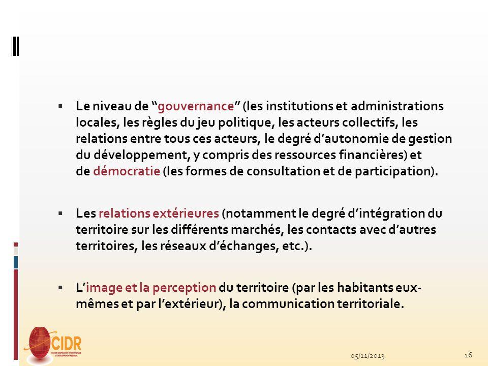 Le niveau de gouvernance (les institutions et administrations locales, les règles du jeu politique, les acteurs collectifs, les relations entre tous ces acteurs, le degré d'autonomie de gestion du développement, y compris des ressources financières) et de démocratie (les formes de consultation et de participation).
