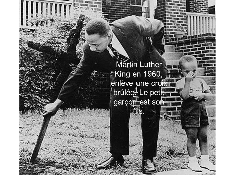Martin Luther King en 1960, enlève une croix brûlée