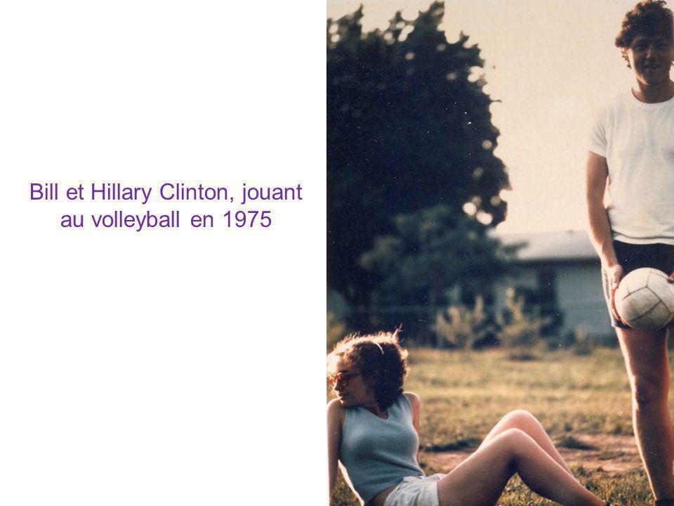 Bill et Hillary Clinton, jouant au volleyball en 1975