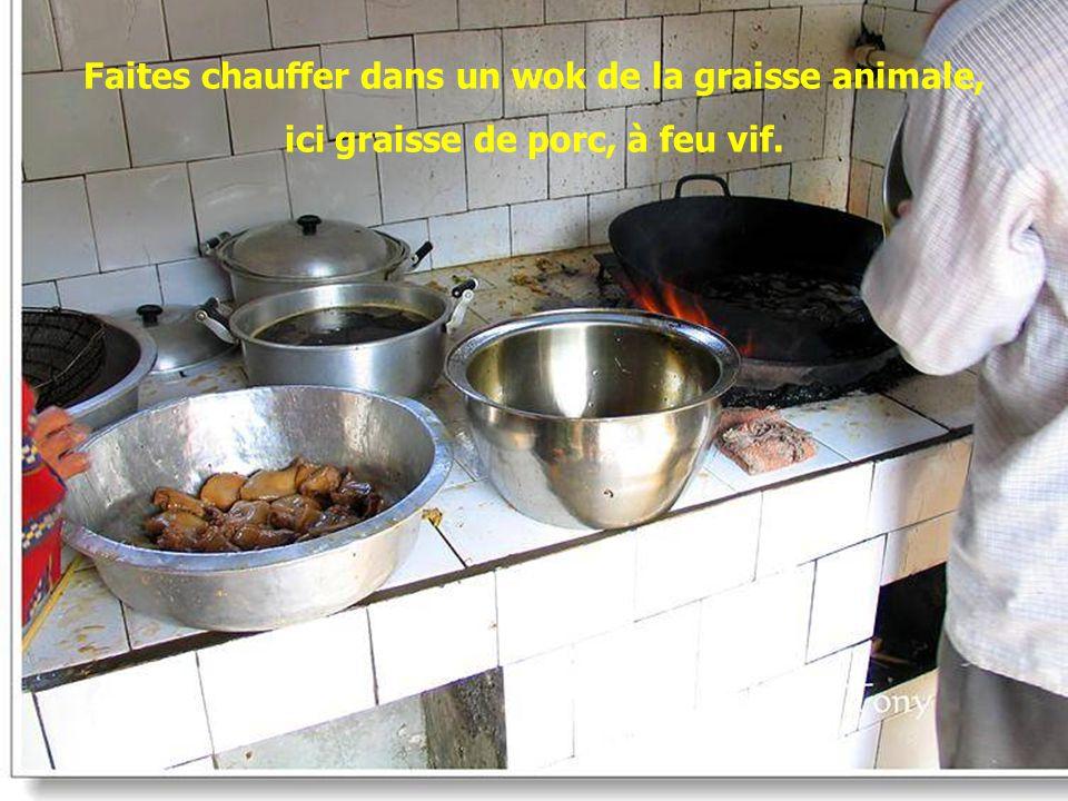 Faites chauffer dans un wok de la graisse animale,