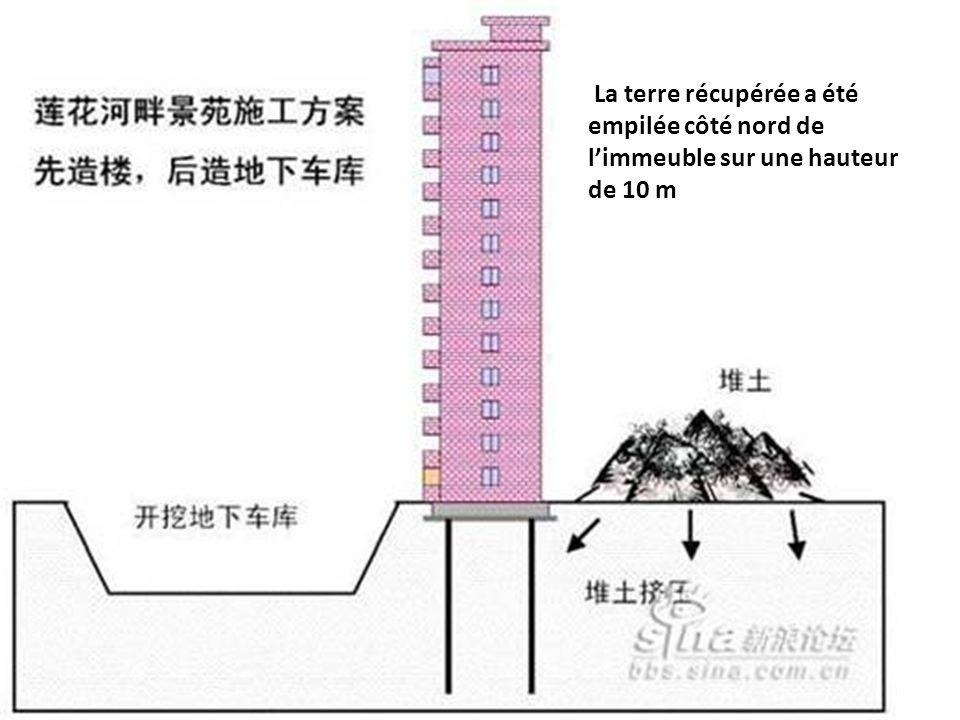 La terre récupérée a été empilée côté nord de l'immeuble sur une hauteur