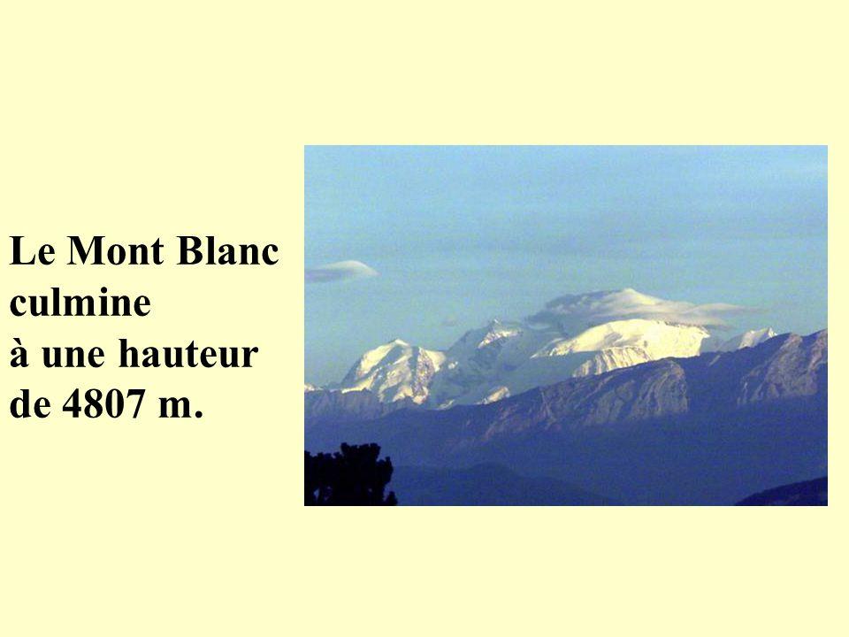 Le Mont Blanc culmine à une hauteur de 4807 m.