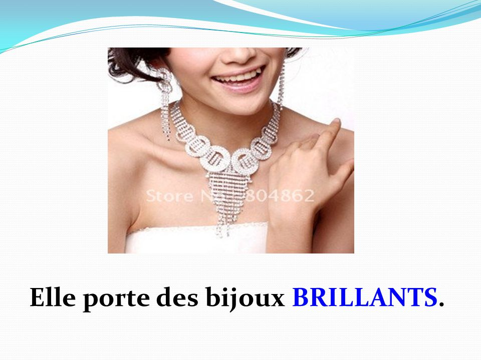 Elle porte des bijoux BRILLANTS.