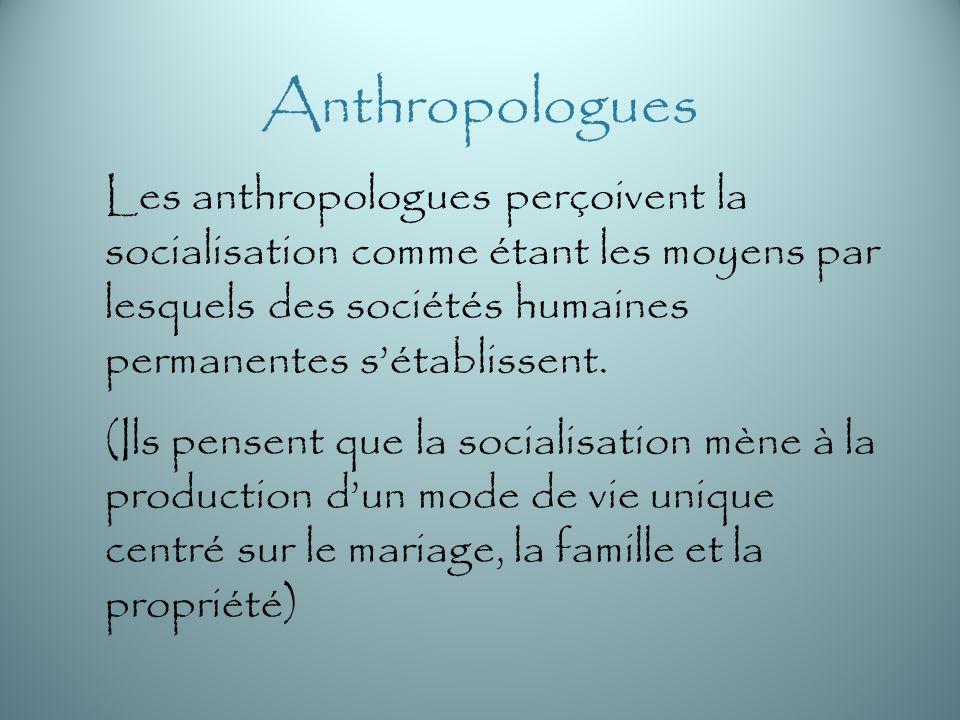 Anthropologues Les anthropologues perçoivent la socialisation comme étant les moyens par lesquels des sociétés humaines permanentes s'établissent.