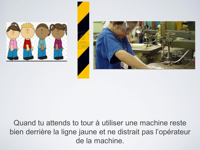 Quand tu attends to tour à utiliser une machine reste bien derrière la ligne jaune et ne distrait pas l'opérateur de la machine.
