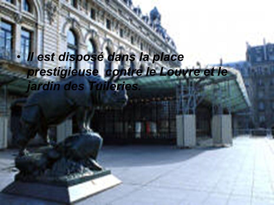 Il est disposé dans la place prestigieuse contre le Louvre et le jardin des Tuileries.
