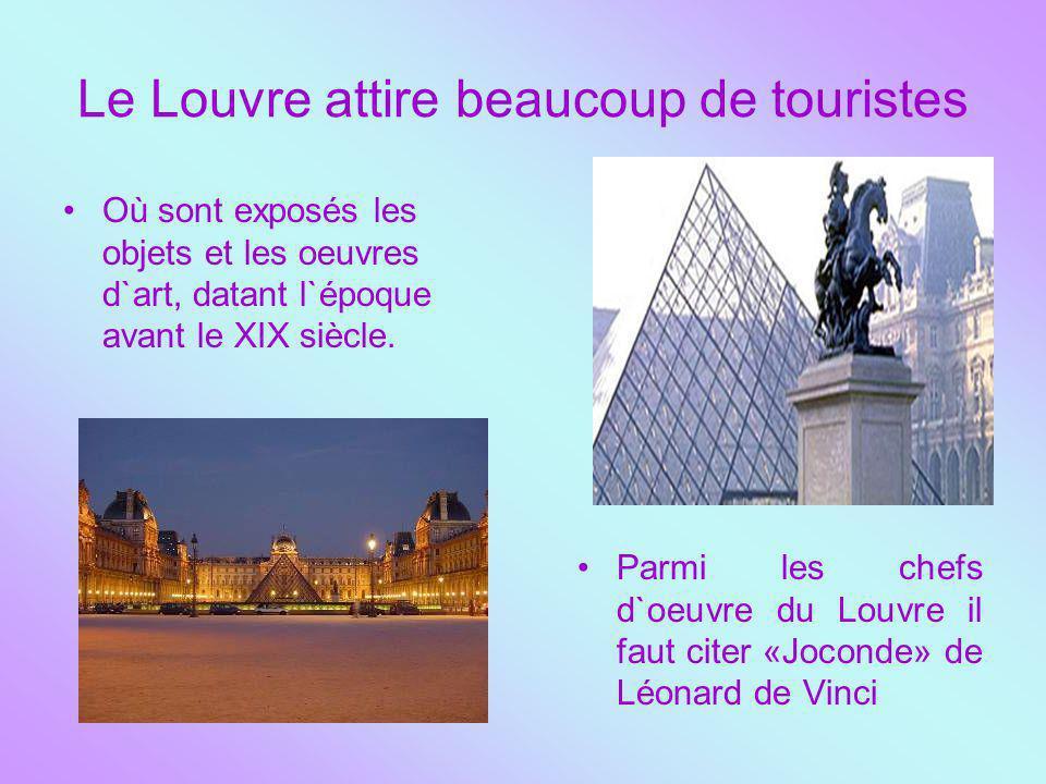 Le Louvre attire beaucoup de touristes