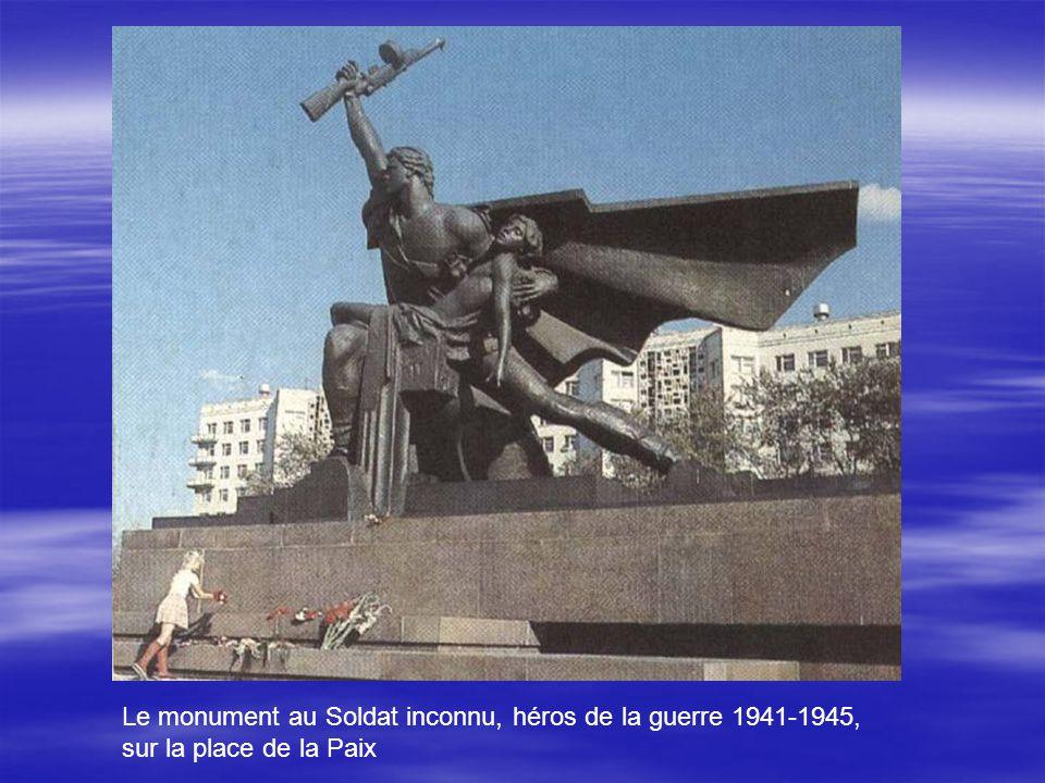 Le monument au Soldat inconnu, héros de la guerre 1941-1945, sur la place de la Paix