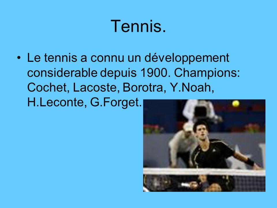 Tennis. Le tennis a connu un développement considerable depuis 1900.