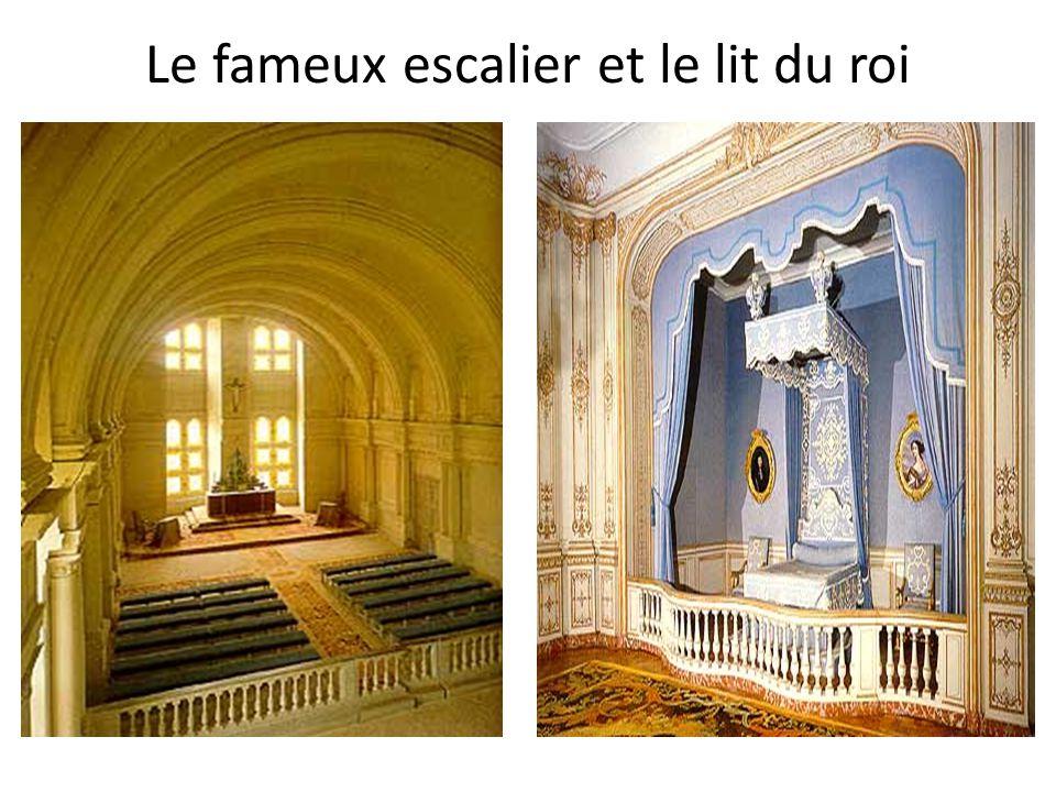 Le fameux escalier et le lit du roi
