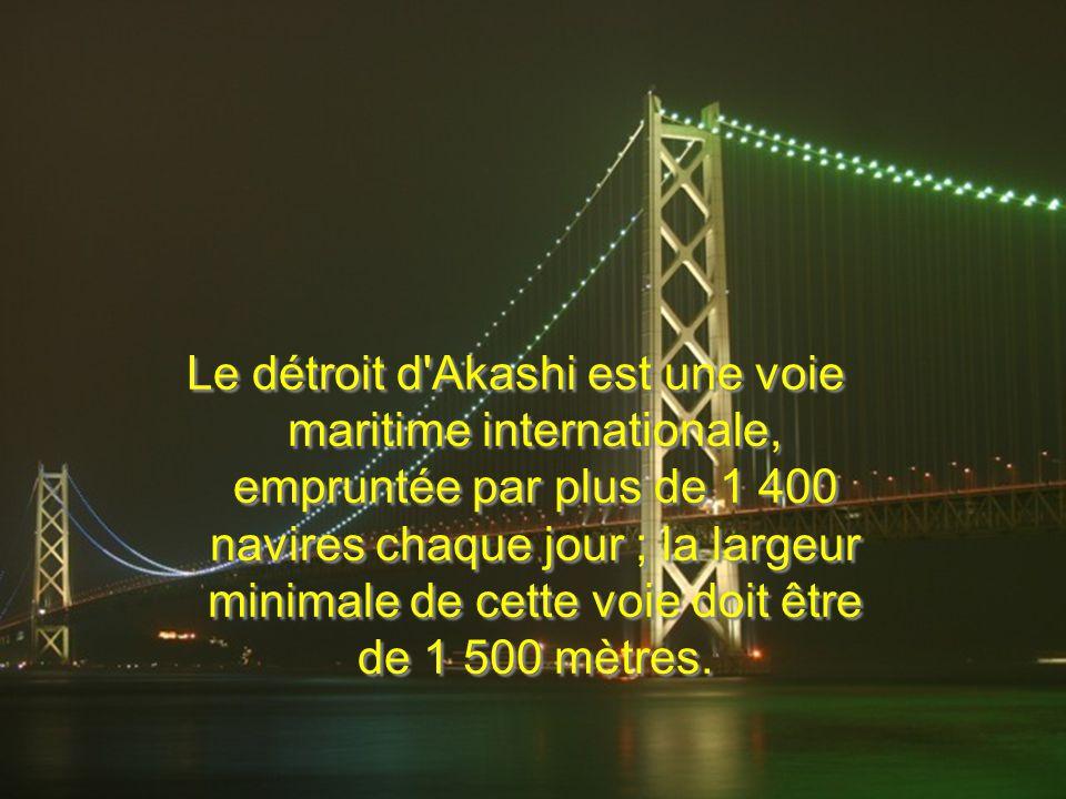 Le détroit d Akashi est une voie maritime internationale, empruntée par plus de 1 400 navires chaque jour ; la largeur minimale de cette voie doit être de 1 500 mètres.