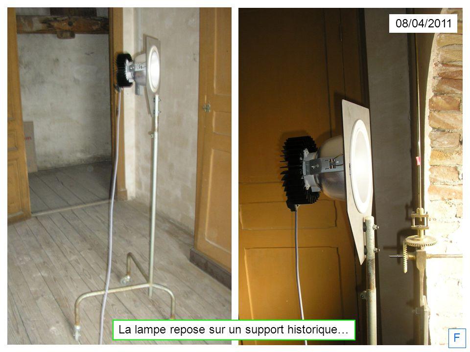 La lampe repose sur un support historique…