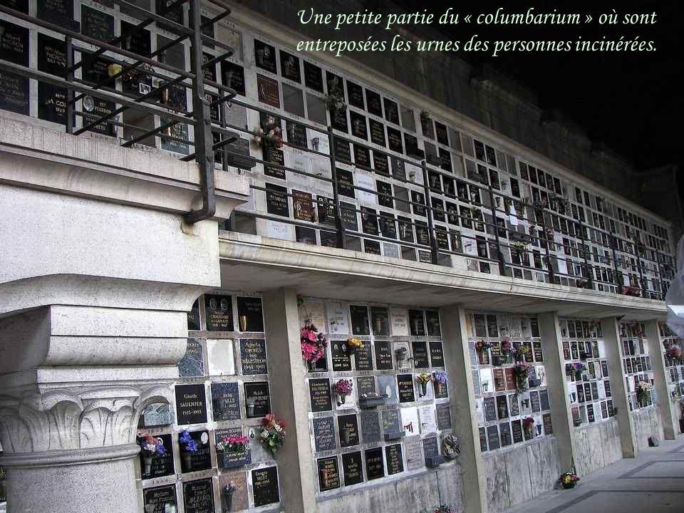 Une petite partie du « columbarium » où sont entreposées les urnes des personnes incinérées.