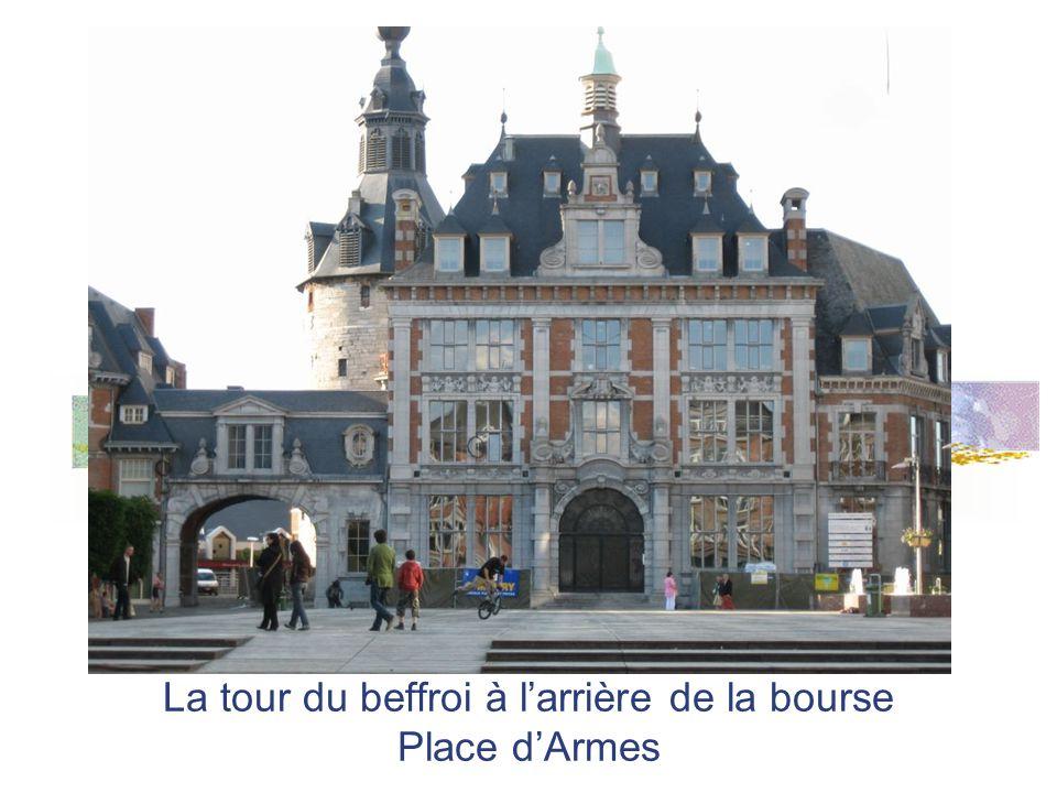 La tour du beffroi à l'arrière de la bourse Place d'Armes