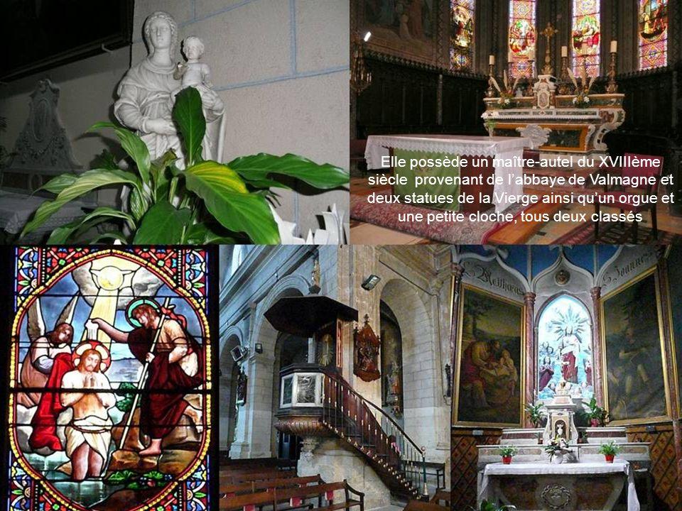 Elle possède un maître-autel du XVIIIème siècle provenant de l'abbaye de Valmagne et deux statues de la Vierge ainsi qu'un orgue et une petite cloche, tous deux classés