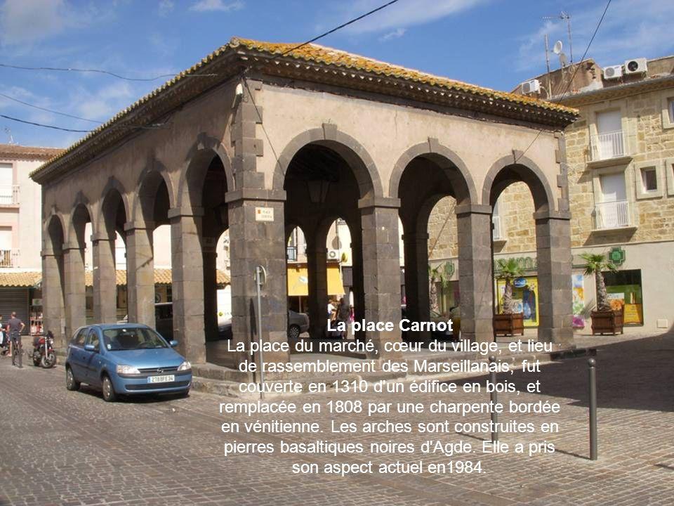 La place Carnot La place du marché, cœur du village, et lieu de rassemblement des Marseillanais, fut couverte en 1310 d un édifice en bois, et remplacée en 1808 par une charpente bordée en vénitienne.