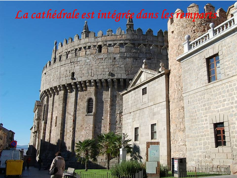 La cathédrale est intégrée dans les remparts