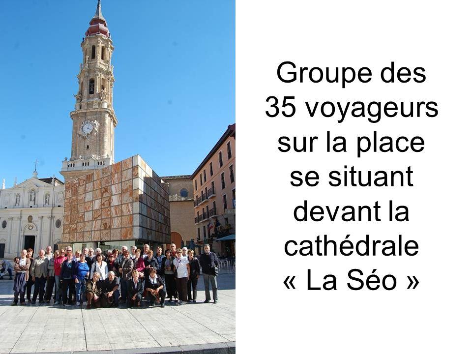 Groupe des 35 voyageurs sur la place se situant devant la cathédrale « La Séo »