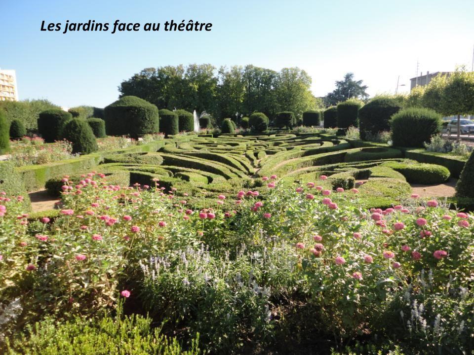 Les jardins face au théâtre