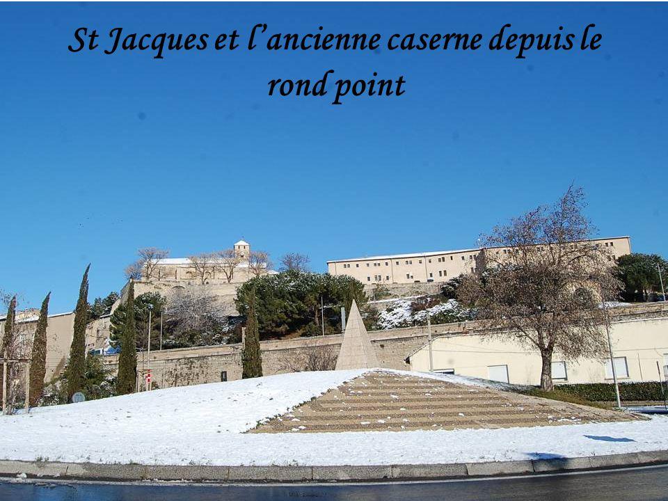 St Jacques et l'ancienne caserne depuis le rond point