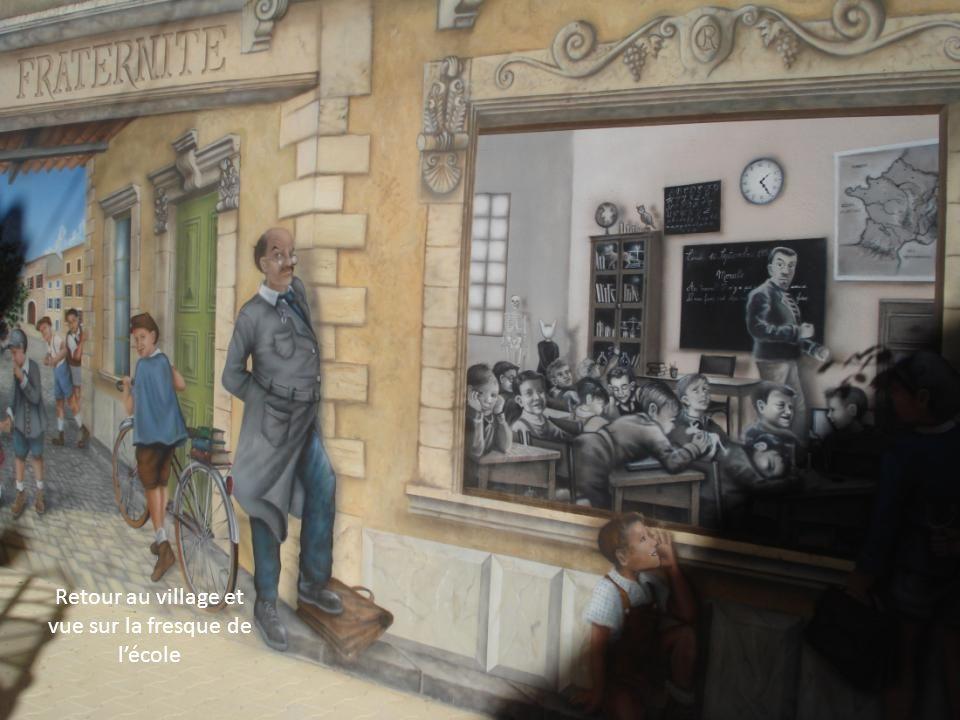 Retour au village et vue sur la fresque de l'école