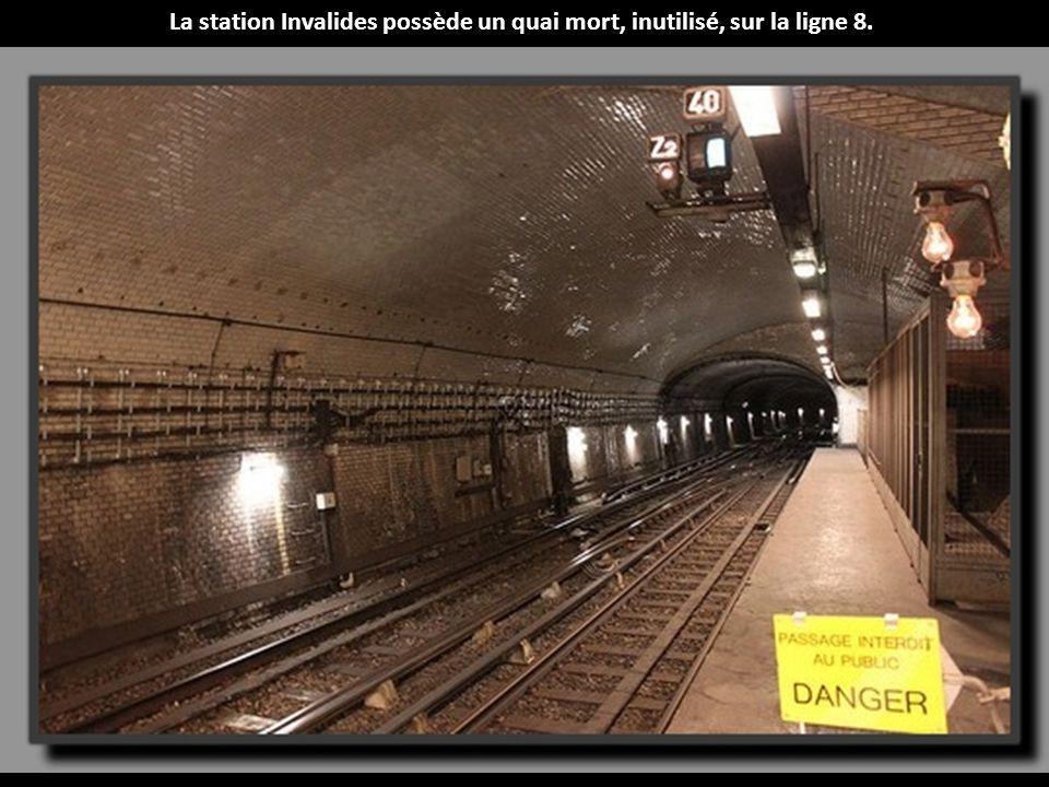 La station Invalides possède un quai mort, inutilisé, sur la ligne 8.