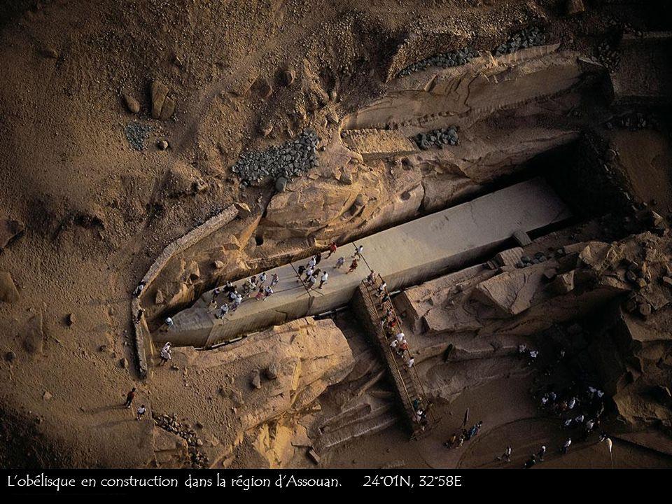 L'obélisque en construction dans la région d'Assouan. 24°01N, 32°58E