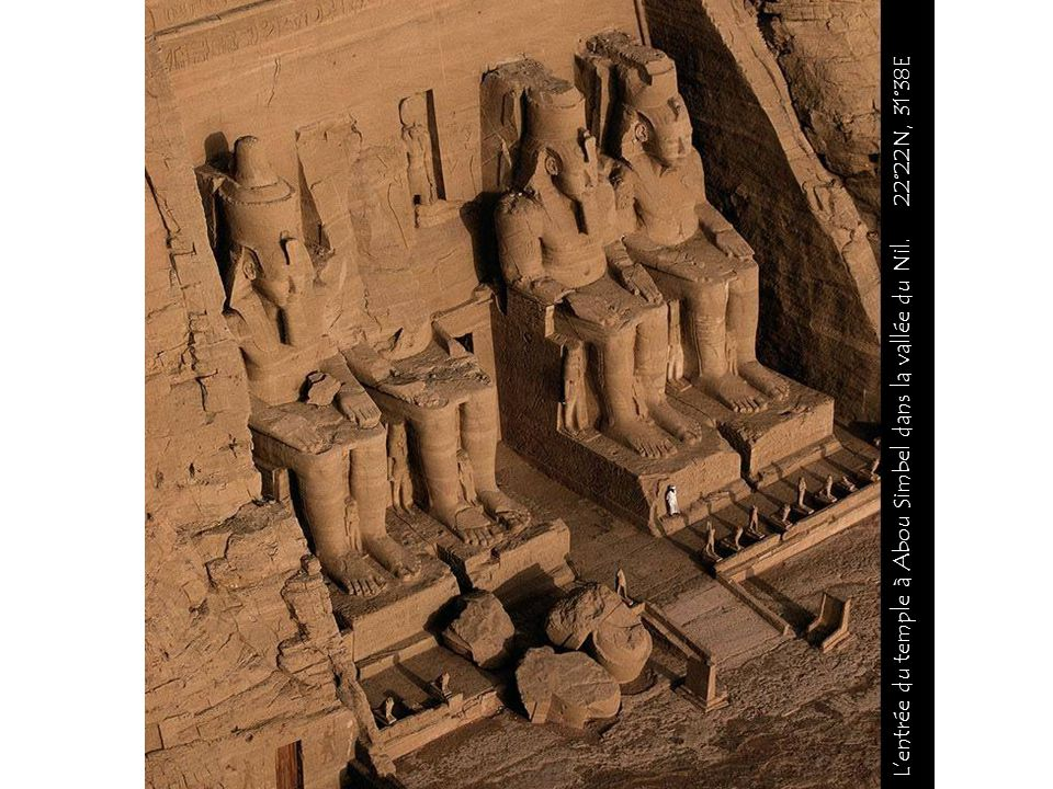 L'entrée du temple à Abou Simbel dans la vallée du Nil. 22°22N, 31°38E