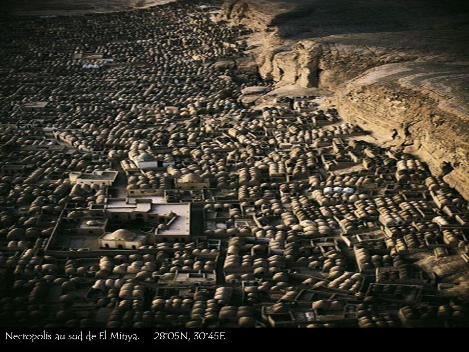 Necropolis au sud de El Minya. 28°05N, 30°45E