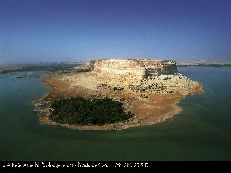 « Adrete Amellal Écolodge » dans l'oasis de Siwa. 29°12N, 25°31E