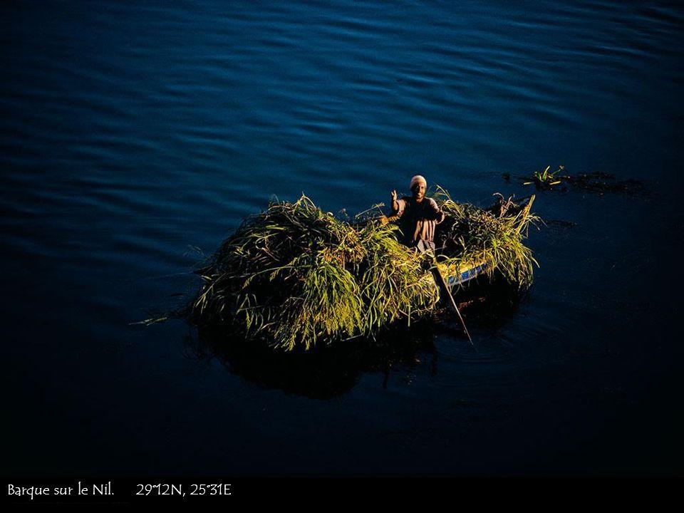 Barque sur le Nil. 29°12N, 25°31E