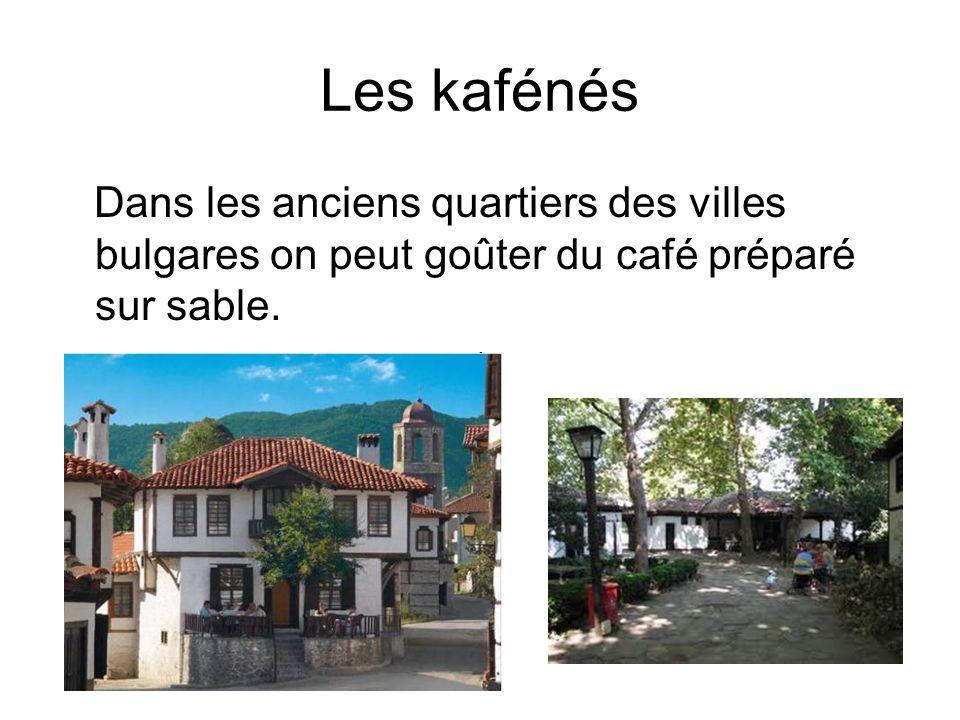 Les kafénés Dans les anciens quartiers des villes bulgares on peut goûter du café préparé sur sable.