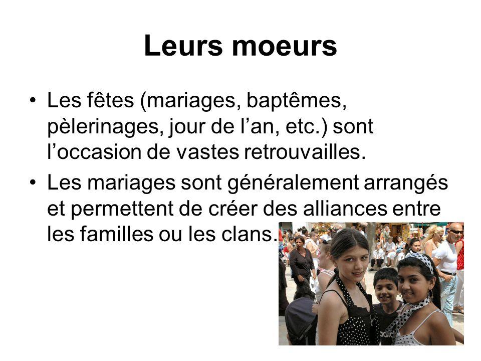 Leurs moeurs Les fêtes (mariages, baptêmes, pèlerinages, jour de l'an, etc.) sont l'occasion de vastes retrouvailles.