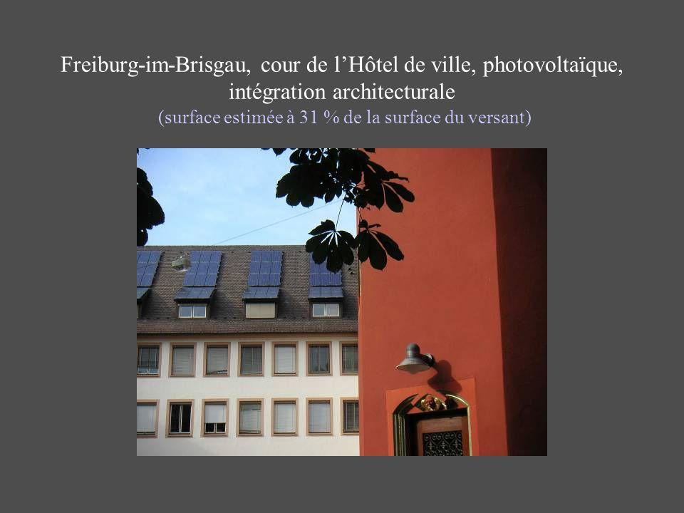 Freiburg-im-Brisgau, cour de l'Hôtel de ville, photovoltaïque, intégration architecturale (surface estimée à 31 % de la surface du versant)