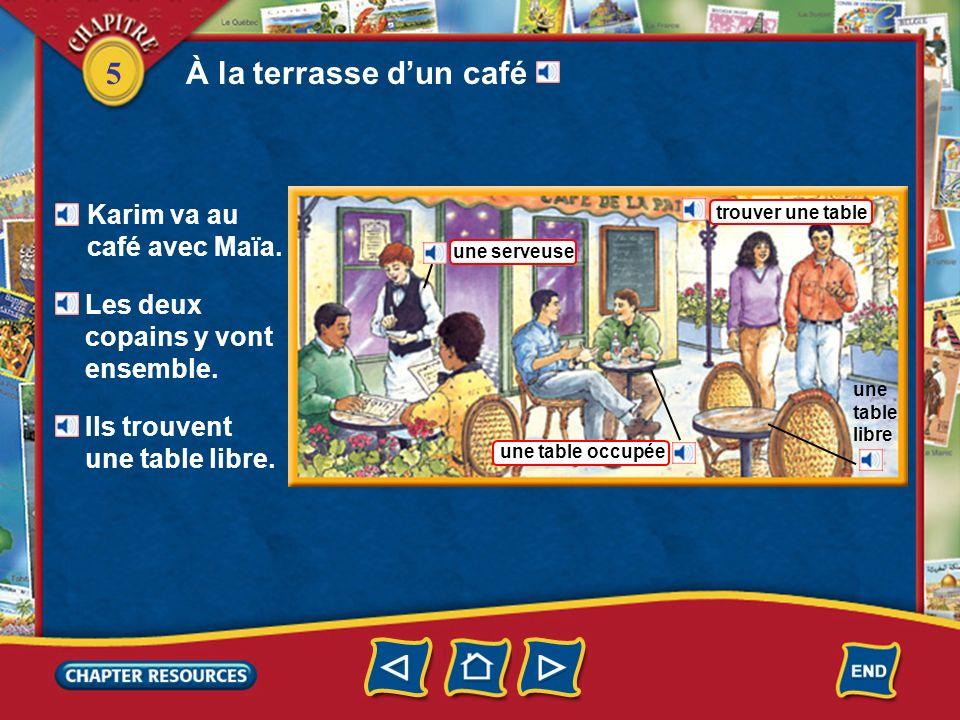 À la terrasse d'un café Karim va au café avec Maϊa.
