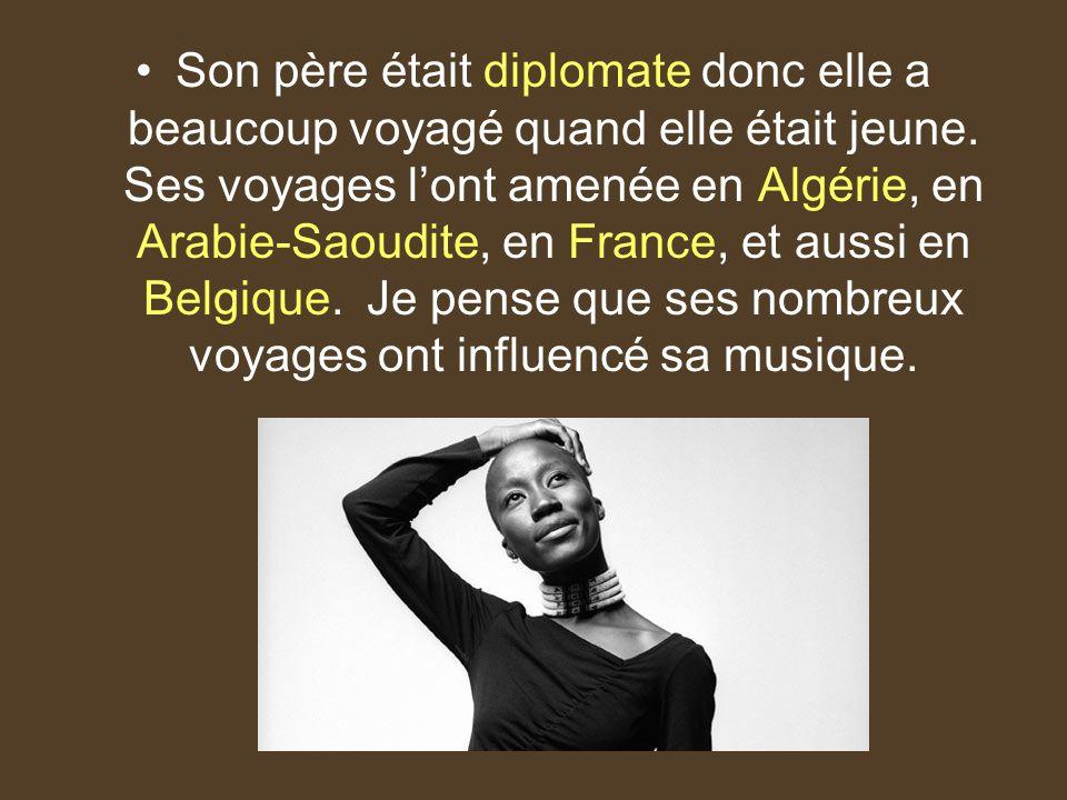 Son père était diplomate donc elle a beaucoup voyagé quand elle était jeune.