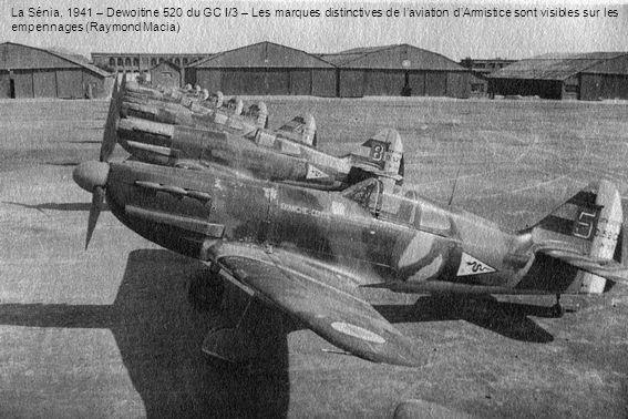 La Sénia, 1941 – Dewoitine 520 du GC I/3 – Les marques distinctives de l'aviation d'Armistice sont visibles sur les empennages (Raymond Macia)