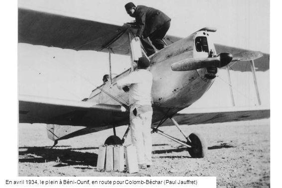 En avril 1934, le plein à Béni-Ounif, en route pour Colomb-Béchar (Paul Jauffret)