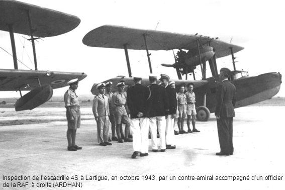Inspection de l'escadrille 4S à Lartigue, en octobre 1943, par un contre-amiral accompagné d'un officier de la RAF à droite (ARDHAN)