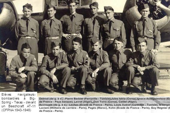 Elèves navigateurs-bombardiers à Big-Spring - Texas - devant un Beechcraft AT-11 (CFPNA 1943-1946)