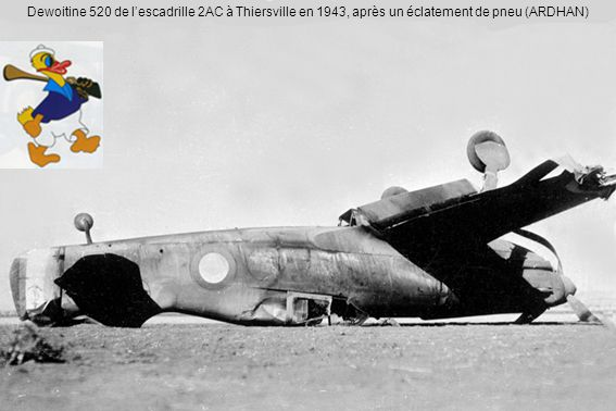 Dewoitine 520 de l'escadrille 2AC à Thiersville en 1943, après un éclatement de pneu (ARDHAN)