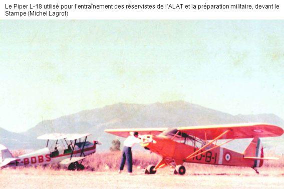 Le Piper L-18 utilisé pour l'entraînement des réservistes de l'ALAT et la préparation militaire, devant le Stampe (Michel Lagrot)
