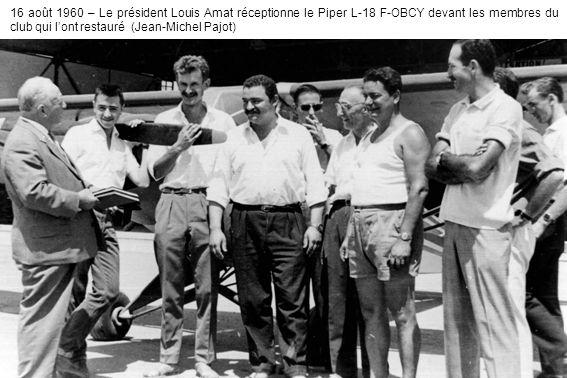 16 août 1960 – Le président Louis Amat réceptionne le Piper L-18 F-OBCY devant les membres du club qui l'ont restauré (Jean-Michel Pajot)