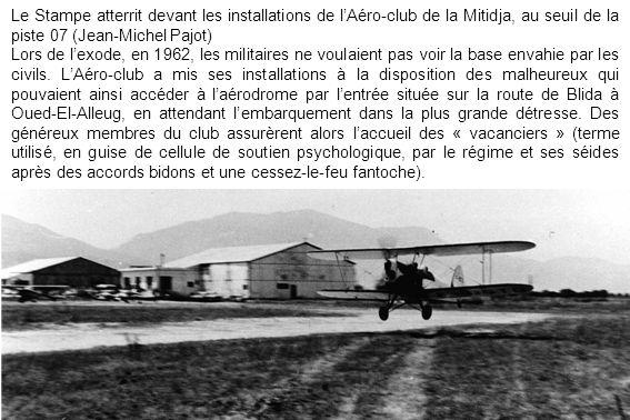 Le Stampe atterrit devant les installations de l'Aéro-club de la Mitidja, au seuil de la piste 07 (Jean-Michel Pajot)