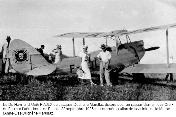 Le De Havilland Moth F-AJLX de Jacques Duchêne Marullaz décoré pour un rassemblement des Croix de Feu sur l'aérodrome de Blida le 22 septembre 1935, en commémoration de la victoire de la Marne