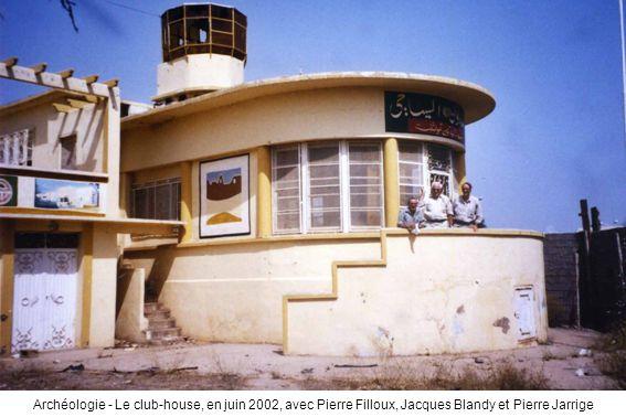Archéologie - Le club-house, en juin 2002, avec Pierre Filloux, Jacques Blandy et Pierre Jarrige