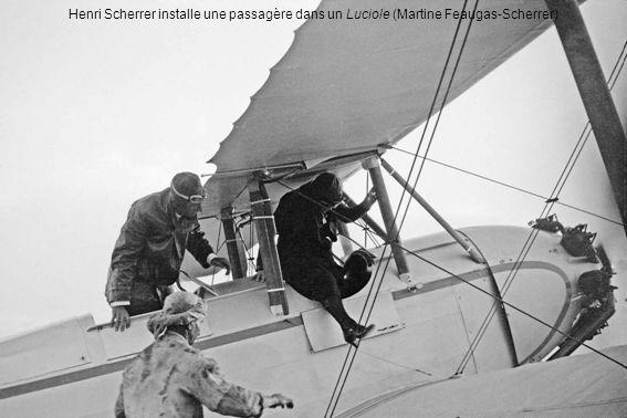Henri Scherrer installe une passagère dans un Luciole (Martine Feaugas-Scherrer)
