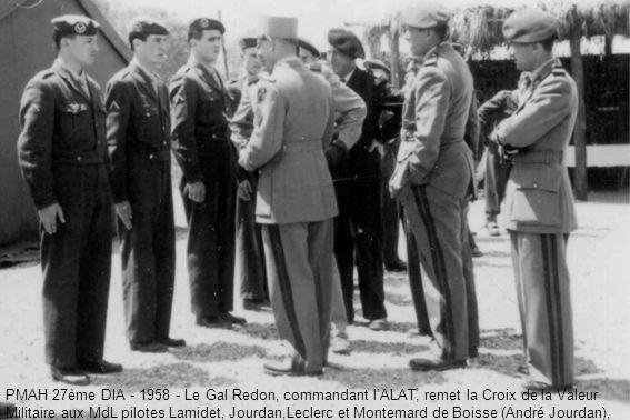 PMAH 27ème DIA - 1958 - Le Gal Redon, commandant l'ALAT, remet la Croix de la Valeur Militaire aux MdL pilotes Lamidet, Jourdan,Leclerc et Montemard de Boisse (André Jourdan),