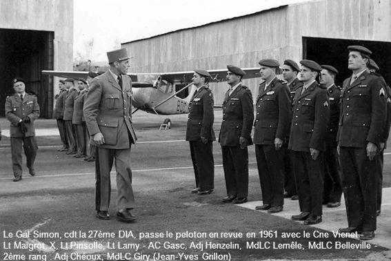 Le Gal Simon, cdt la 27ème DIA, passe le peloton en revue en 1961 avec le Cne Vienet -